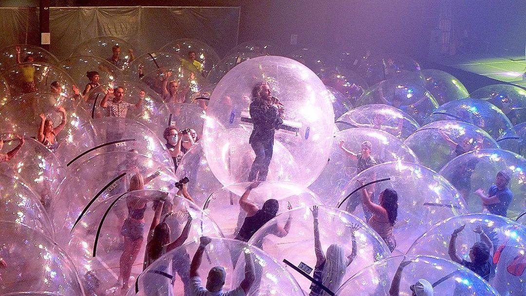 Bend i publika u plastičnim balonima na koncertu (VIDEO)