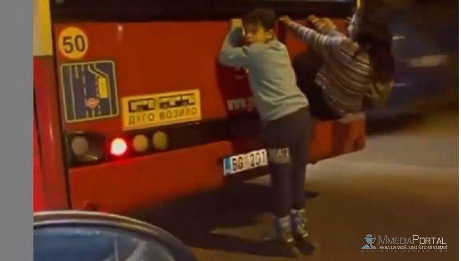 BEOGRAD: Deca se uhvatila za Autobus koji juri punom brzinom!