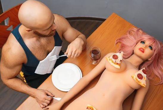 Čovek koji je oženio lutku, je počeo da vodi ljubav sa mrtvim piletom (FOTO, VIDEO)