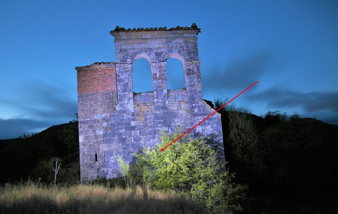 Posetila je napušteno selo, pa fotografisala staru crkvu: Kada je pogledala sliku, primetila je nešto što ju je uplašilo